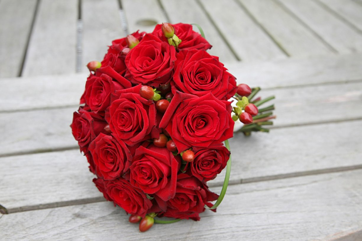 The Handtie style bouquet is usually smaller & lighter to carry but can be made to any size!